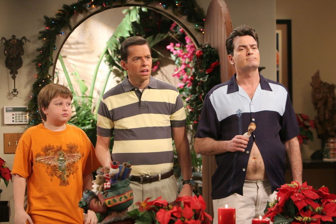 Jake (Angus T. Jones, l.), Alan (Jon Cryer, M.) und Charlie (Charlie Sheen, r.) müssen feststellen, dass Alans Freundin noch an den Weihnachtsmann... - Bildquelle: Warner Brothers Entertainment Inc.