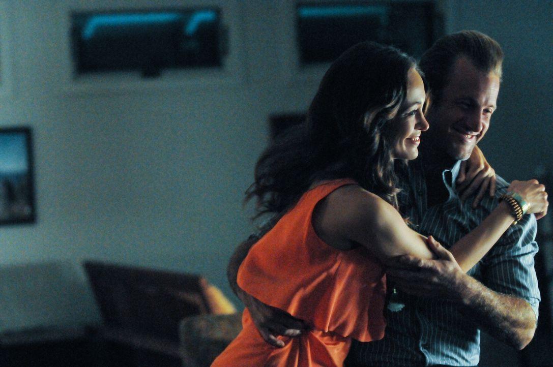 Genießen ihre Zweisamkeit: Danny (Scott Caan, r.) und Gabrielle (Autumn Reeser, l.) ... - Bildquelle: 2013 CBS Broadcasting, Inc. All Rights Reserved.