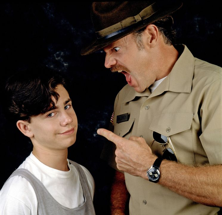 Sergeant Waldren (Casey Sander, r.) macht Frederick Egan III. (Rider Strong, l.) klar, dass es auch für ihn Regeln gibt, die er einhalten muss ... - Bildquelle: Disney