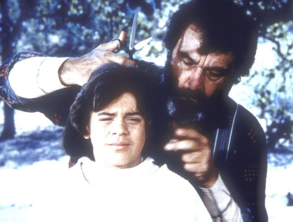 """Edwards (Victor French, r.) hat dem """"Wolfsmensch"""" Matthew (Jonathan Hall Kovacs, l.) ein neues Zuhause gegeben und macht ihn erst Mal salonfähig. - Bildquelle: Worldvision"""