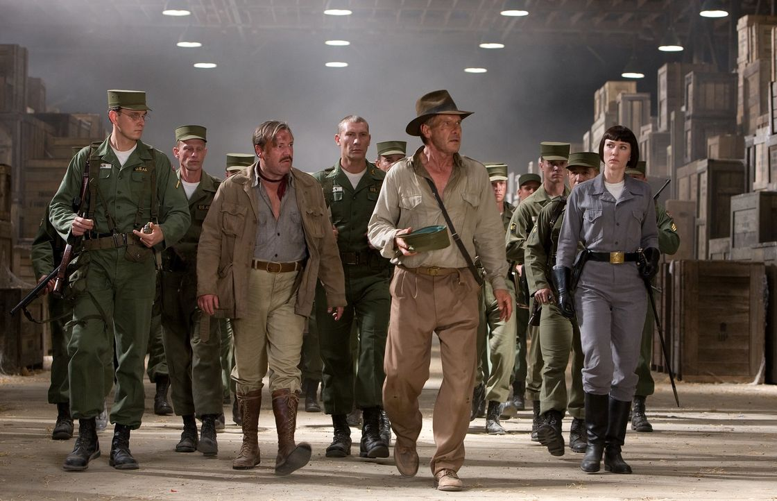 Der in die Jahre gekommene Archäologe Indiana Jones (Harrison Ford, 2.v.r.) wird gemeinsam mit seinem Freund und Kampfgefährten Mac (Ray Winstone, 2... - Bildquelle: David James & TM 2008 Lucasfilm Ltd. All Rights Reserved.