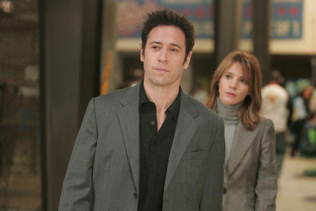 Können Don (Rob Morrow, l.) und Terry (Sabrina Lloyd, r.) den Mörder von Trevor Riley entlarven? - Bildquelle: Paramount Network Television