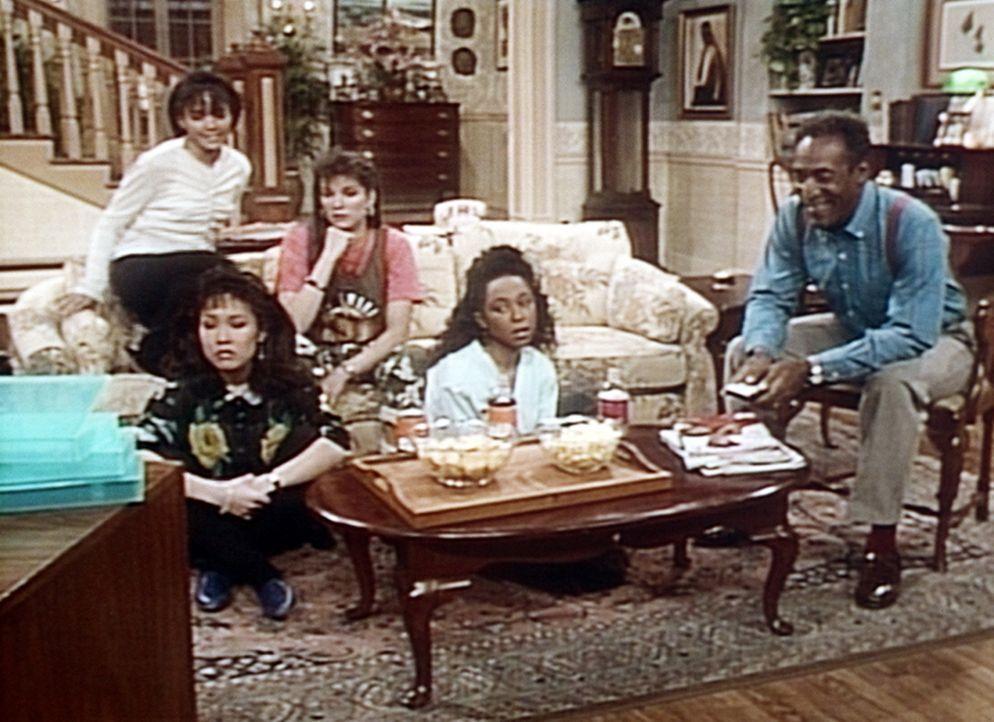 Denise hat ihre Freundinnen zum Videoschauen eingeladen. Immerhin ist auch ein Western für Cliff (Bill Cosby, r.) dabei. - Bildquelle: Viacom