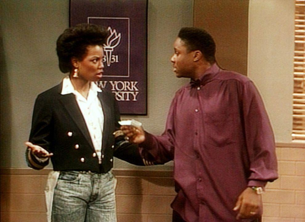 Die Studentin Jade (Vanessa Williams, l.) überredet Theo (Malcolm-Jamal Warner, r.), ihr beim Rollenstudium zu helfen. - Bildquelle: Viacom