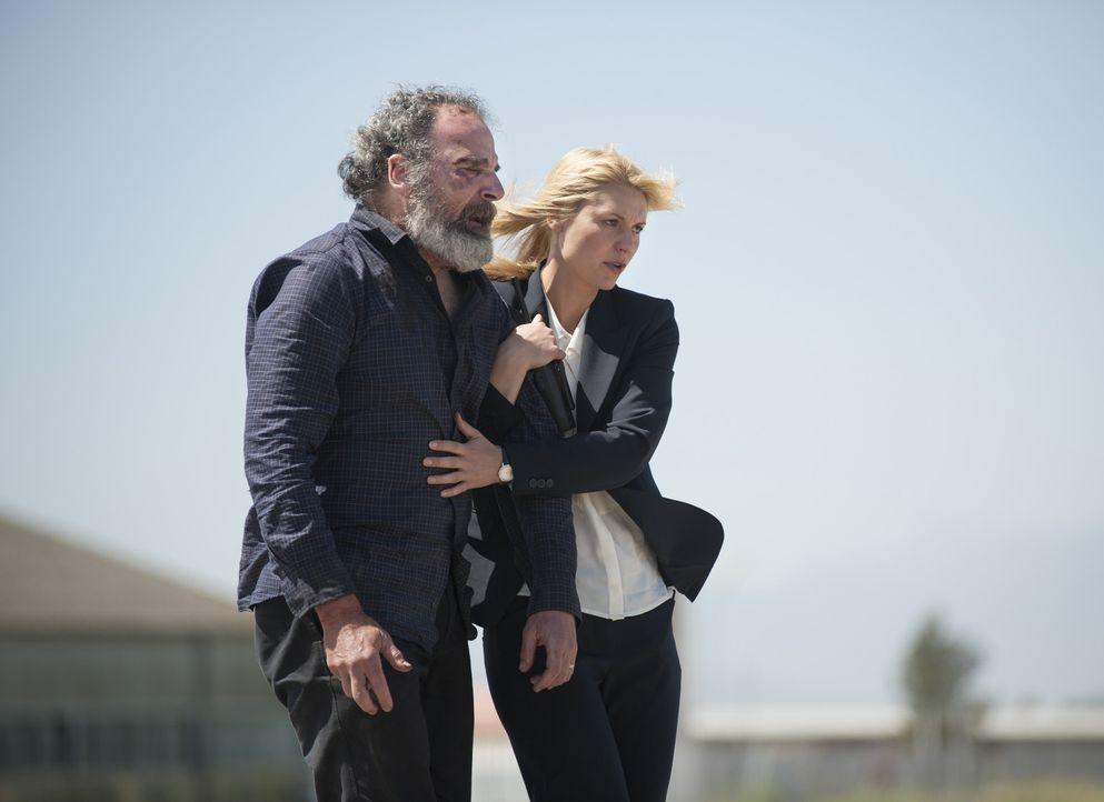 Carrie (Claire Danes, r.) hat Saul (Mandy Patinkin, l.) in Sicherheit gebracht. Doch Haissam Haqqani plant schon den nächsten Schachzug gegen sie ... - Bildquelle: Homeland   2014 Twentieth Century Fox Film Corporation