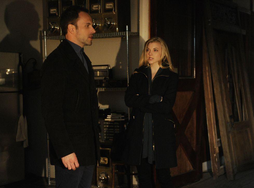 Holmes (Jonny Lee Miller, l.) macht eine schreckliche Entdeckung. Doch was hat Irene (Natalie Dormer, r.) mit dem Fall Moriarty zu tun? - Bildquelle: CBS Television