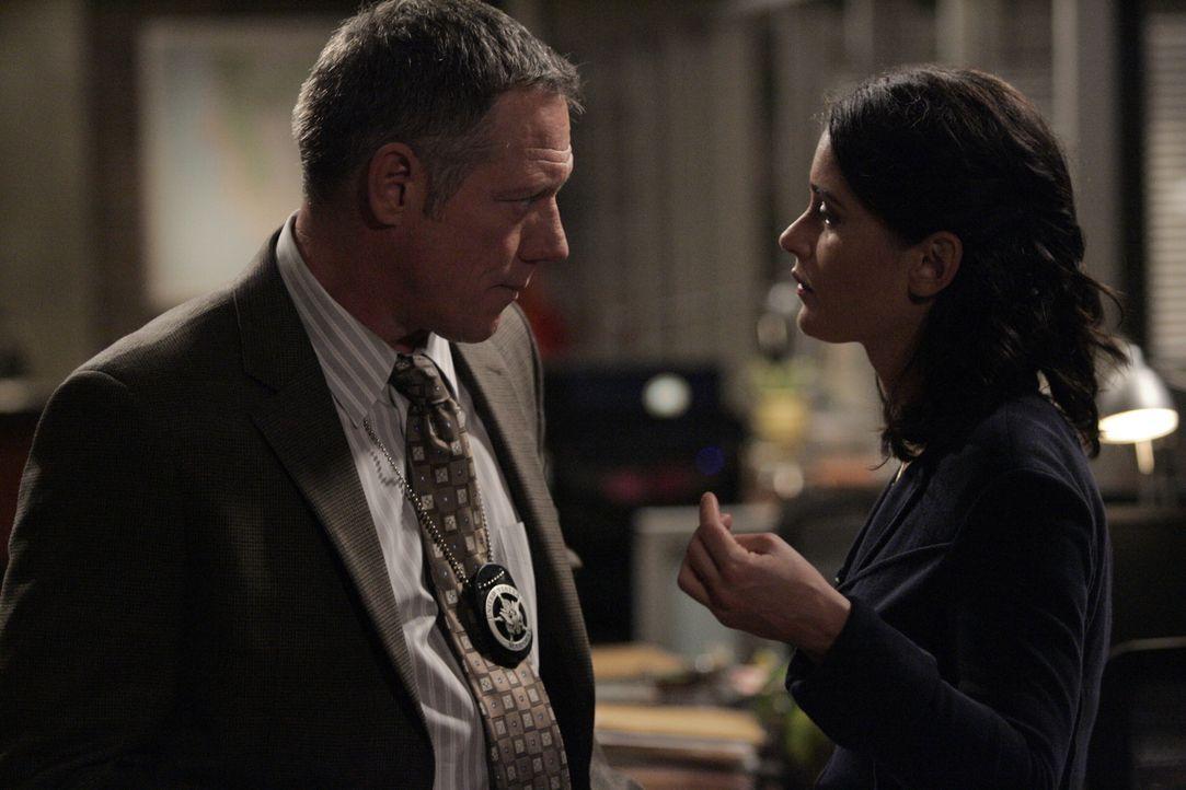 Nach dem Mord an Ed Didrikson, ein Mitglied des Zeugenschutzprogramms, befragt Teresa (Robin Tunney, r.) dessen Aufpasser, Marshall Exley (Fredric L... - Bildquelle: Warner Bros. Television