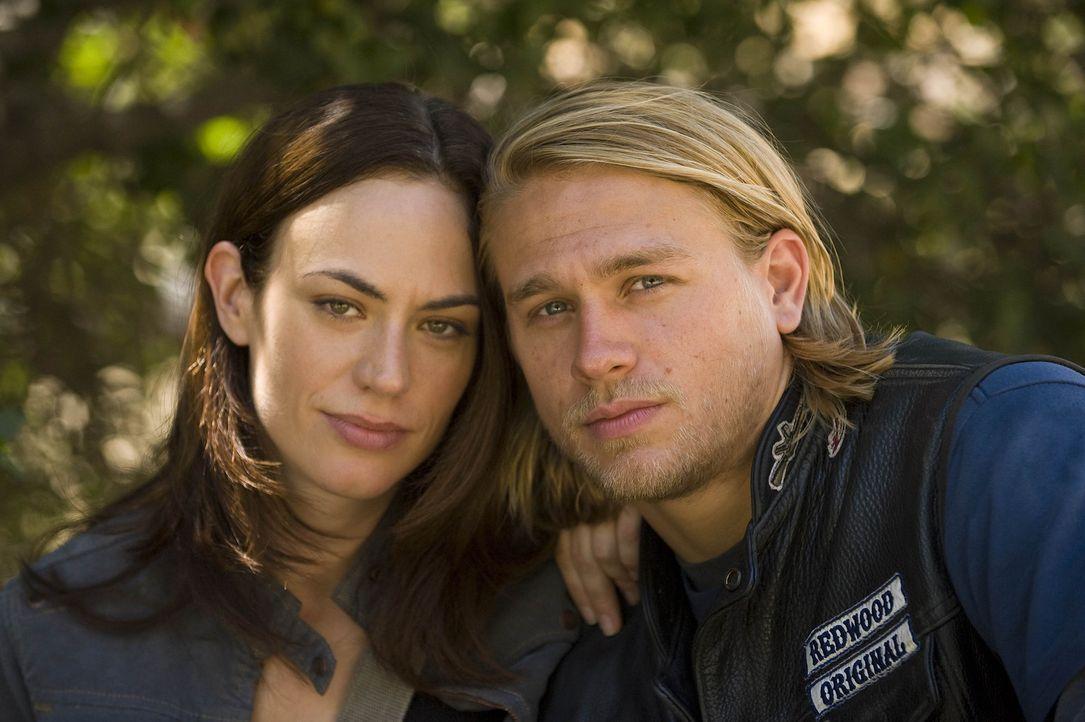 Hat ihre Liebe noch eine Chance? Tara (Maggie Siff, l.) und Jax (Charlie Hunnam, r.) - Bildquelle: 2008 FX Networks, LLC. All rights reserved.