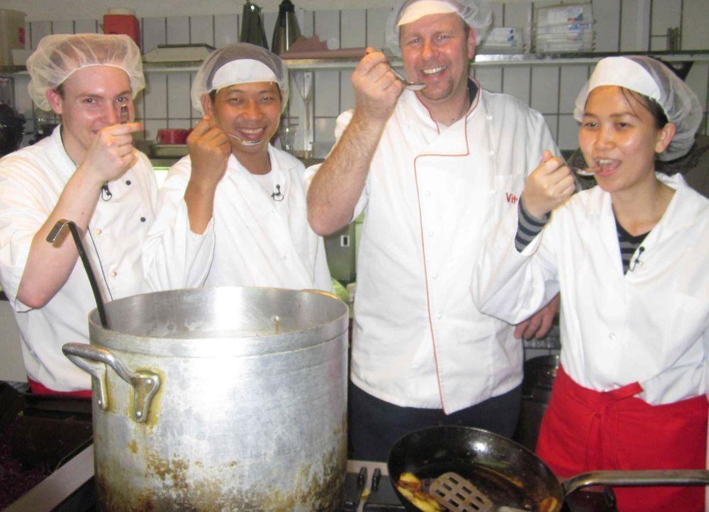 """Die beiden Thailänder Jeab Leeken (r.) und Tee Wutthakul (l.) werden eine Woche lang den Job von Rüdiger und Claudia bei """"Vitus-Grill"""" in Gelsenki... - Bildquelle: kabel eins"""