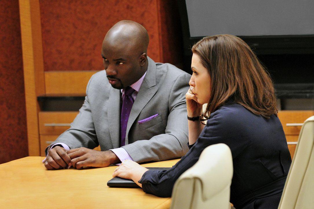 Der Drogenbaron Lemond Bishop (Mike Colter, l.) sucht die Kanzlei Lockhart-Gardner auf, da sich seine Frau scheiden lassen will. Alicia Florrick (Ju... - Bildquelle: CBS   2011 CBS Broadcasting Inc. All Rights Reserved.