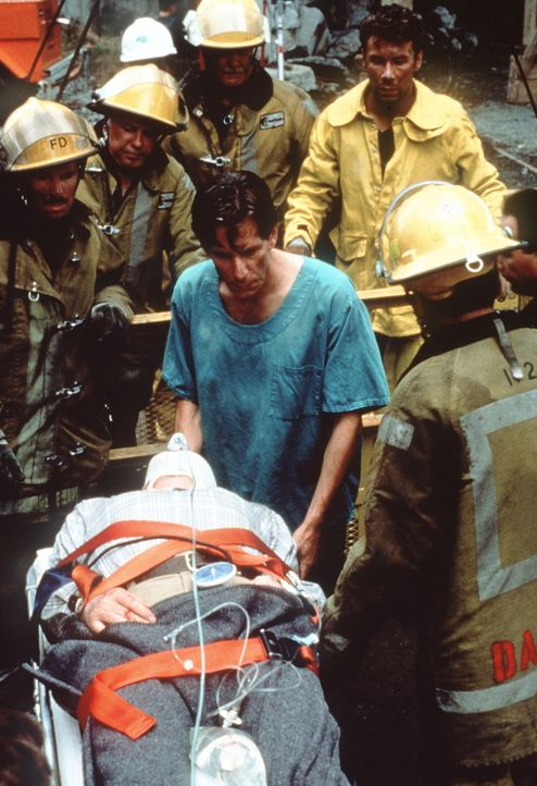 Der Zustand des schwer verletzten Buck Helm (Len Cariou, liegend) ist überaus kritisch ... - Bildquelle: Columbia Pictures Television
