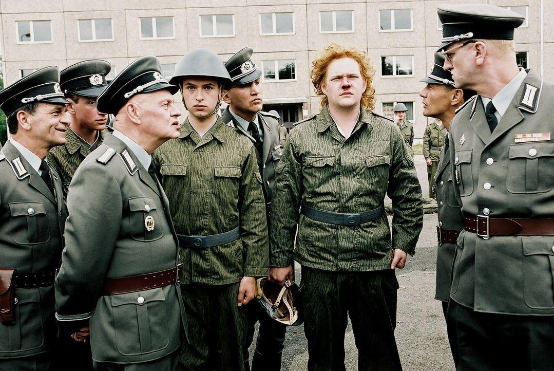 """""""Sie gucken nicht ausdruckslos!"""": (v.l.n.r.) Futterknecht (Ignaz Kirchner,) Henrik Heidler (Kim Frank), Krüger (Oliver Bröcker) und Oberst Kalt (D... - Bildquelle: Delphi"""