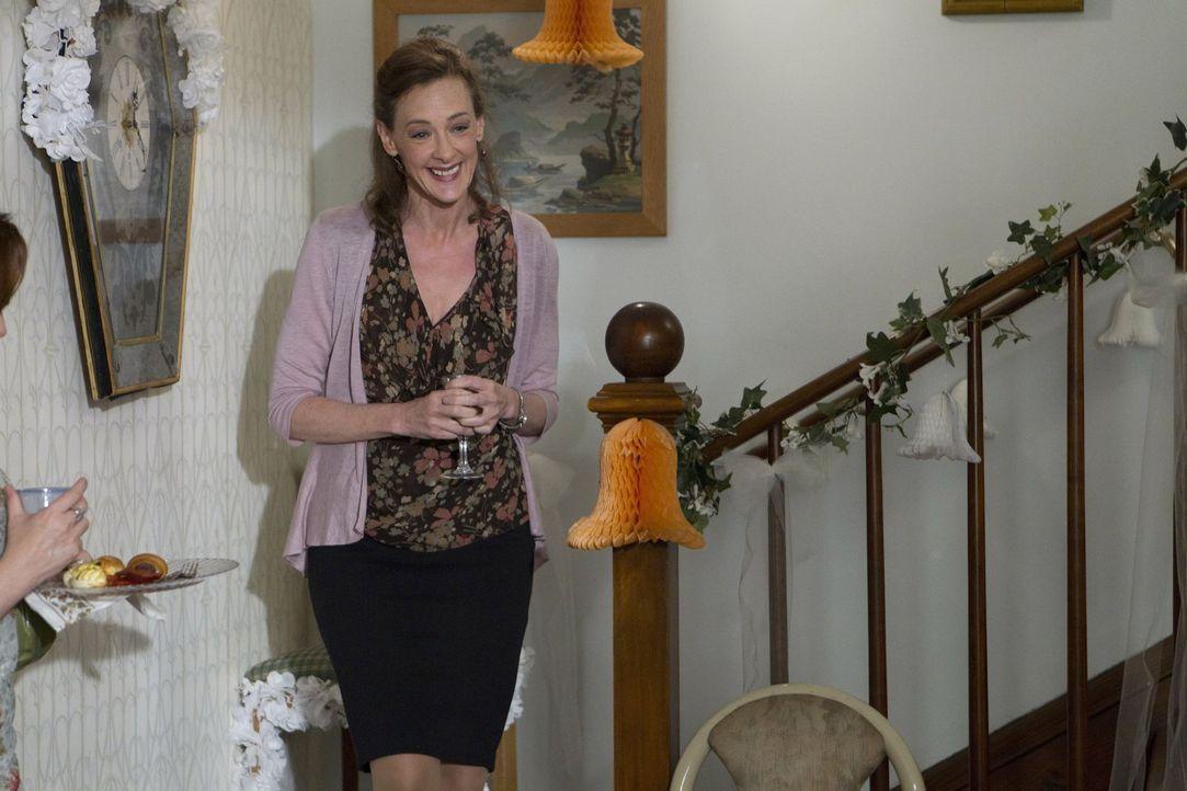 Um die vielen Fehler ihres toten Mannes Eddie gut zu machen, richtet Sheila (Joan Cusack) die Hochzeit ihrer Tochter Karen und deren Mann Jody aus ... - Bildquelle: 2010 Warner Brothers