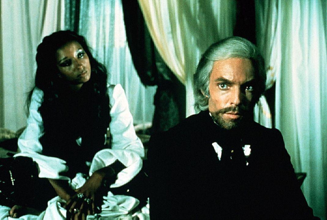 Kaum als reicher Mann zurückgekehrt, stellt Edmond Dantes (Richard Chamberlain) als Graf von Monte Christo Nachforschungen über seine einstigen Fr... - Bildquelle: National Broadcasting Company (NBC)