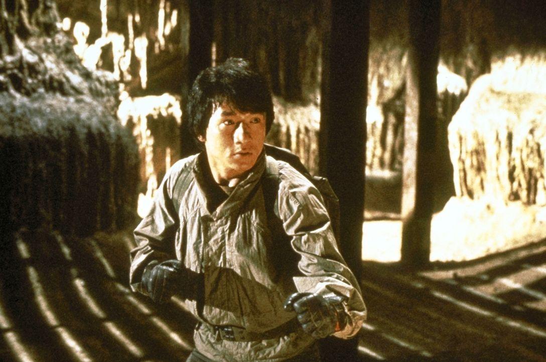 Weltenbummler Jackie (Jackie Chan) hat von seinen Reisen diverse Souvenirs mitgebracht - darunter auch einen Armschutz, der zu einer mittelalterlich... - Bildquelle: Golden Harvest Company