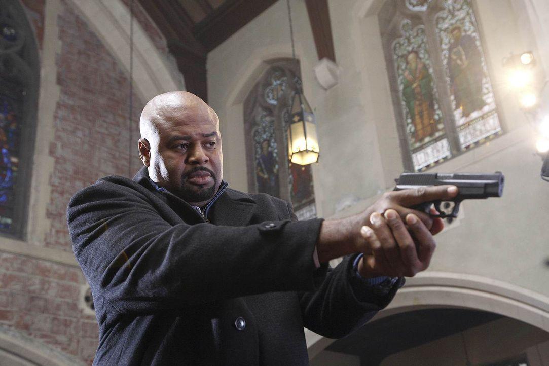 Winston (Chi McBride) steht Chance bei seinem neuen Fall bei ... - Bildquelle: Warner Brothers