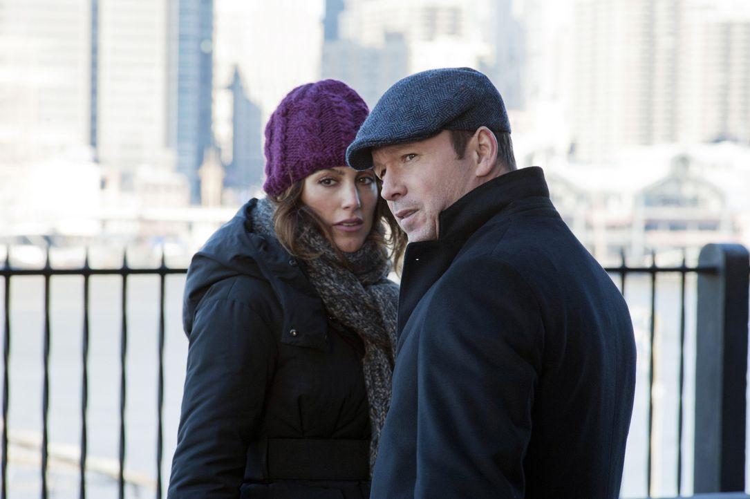 Wie gehen Danny (Donnie Wahlberg, r.) und Jackie (Jennifer Esposito, l.) damit um, dass die Frau, auf die sie hören, geisteskrank zu sein scheint ... - Bildquelle: 2011 CBS Broadcasting Inc. All Rights Reserved