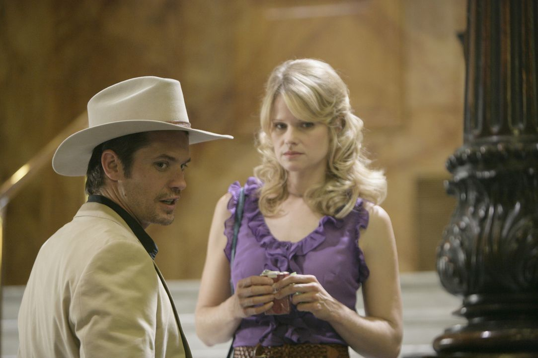 Nachdem Ava Crowder (Joelle Carter, r.) ihren gewalttätigen Ehemann erschossen hat, will Deputy U.S. Marshal Raylan Givens (Timothy Olyphant, l.) s... - Bildquelle: 2010 Sony Pictures Television Inc. and Bluebush Productions, LLC. All Rights Reserved.