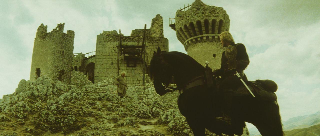 Als der Falke von einem Pfeil durchbohrt wird, kann nur noch einer helfen: Es ist der alte Mönch Imperius (Leo McKern, l.), doch der hat Navarre (R... - Bildquelle: 20TH CENTURY FOX FILM CORP. INC
