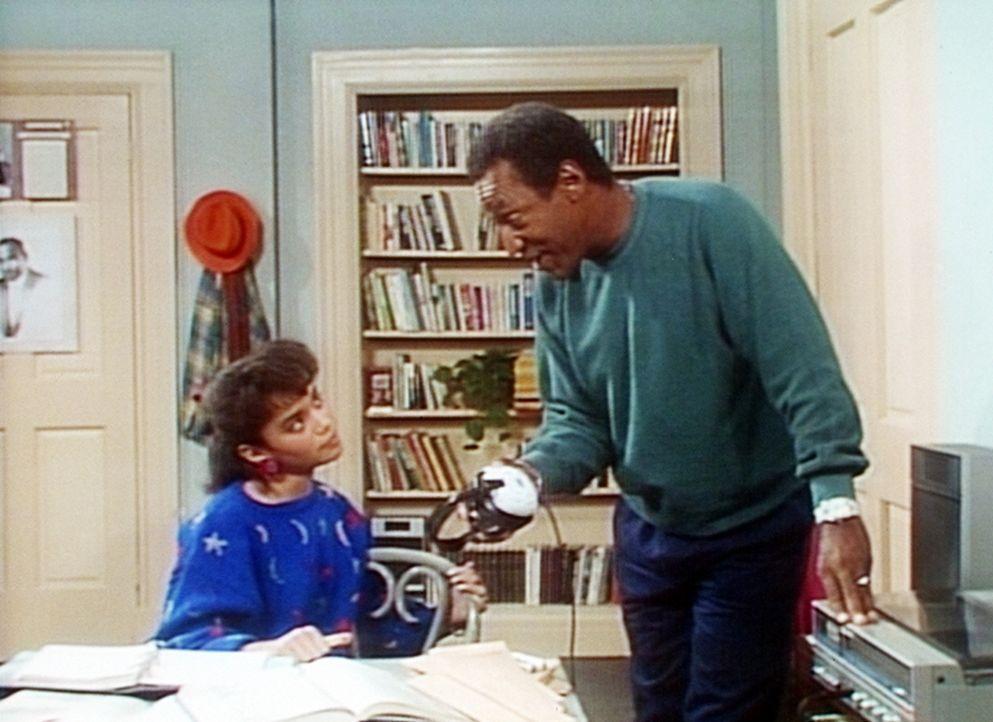 Cliff (Bill Cosby, r.) kann nicht verstehen, wie Denise (Lisa Bonet, l.) Hausaufgaben machen kann, wenn sie dabei Musik hört. - Bildquelle: Viacom