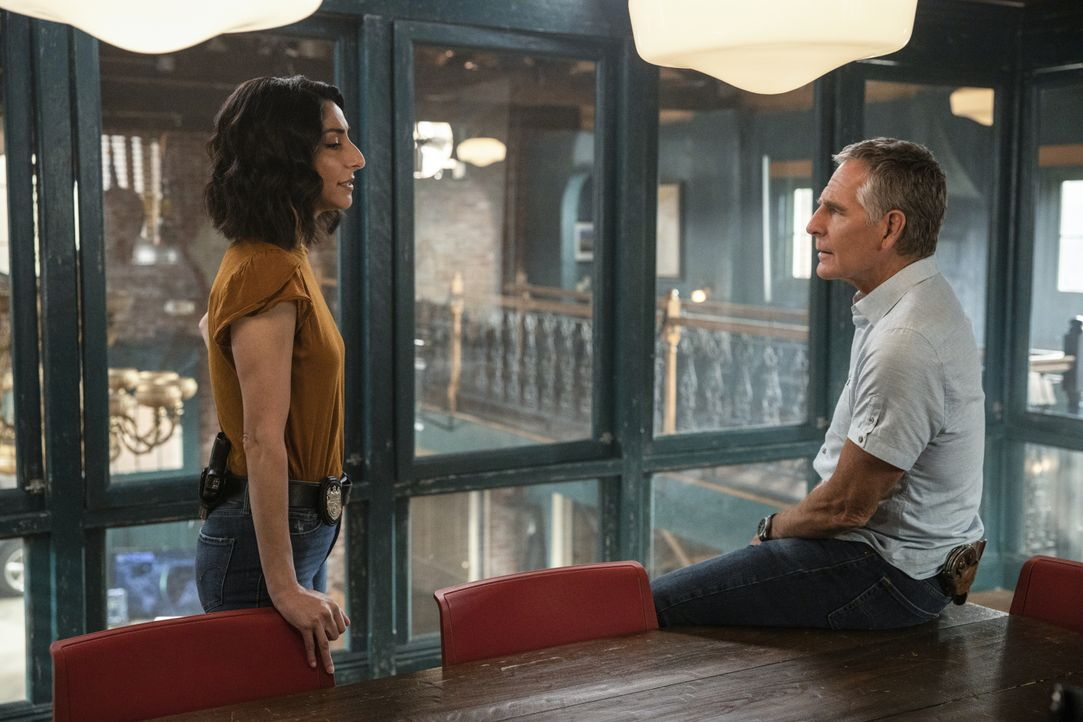 Special Agent Hannah Khoury (Necar Zadegan, l.); Special Agent Dwayne Pride (Scott Bakula, r.) - Bildquelle: Sam Lothridge 2020 CBS Broadcasting Inc. All Rights Reserved. / Sam Lothridge