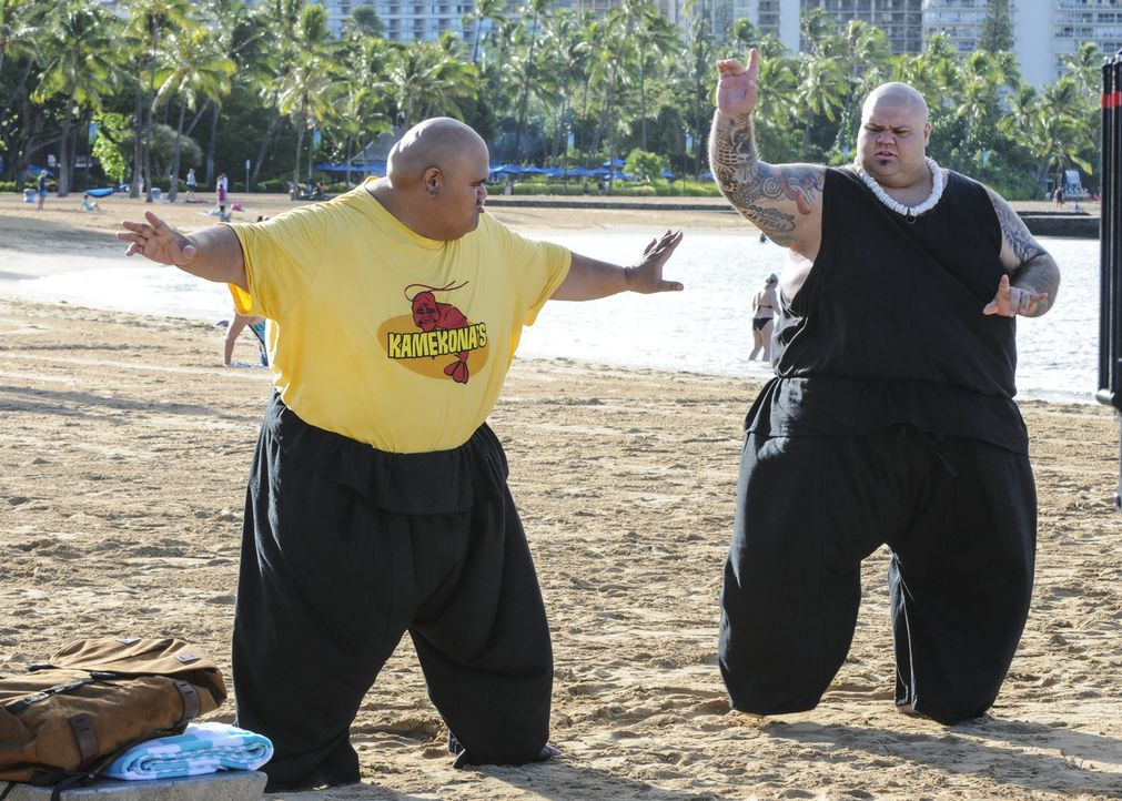 Halten sich fit: Kamekona (Taylor Wily, l.) und Flippa (Shawn Mokuahi Garnett, r.) ... - Bildquelle: Norman Shapiro 2016 CBS Broadcasting, Inc. All Rights Reserved
