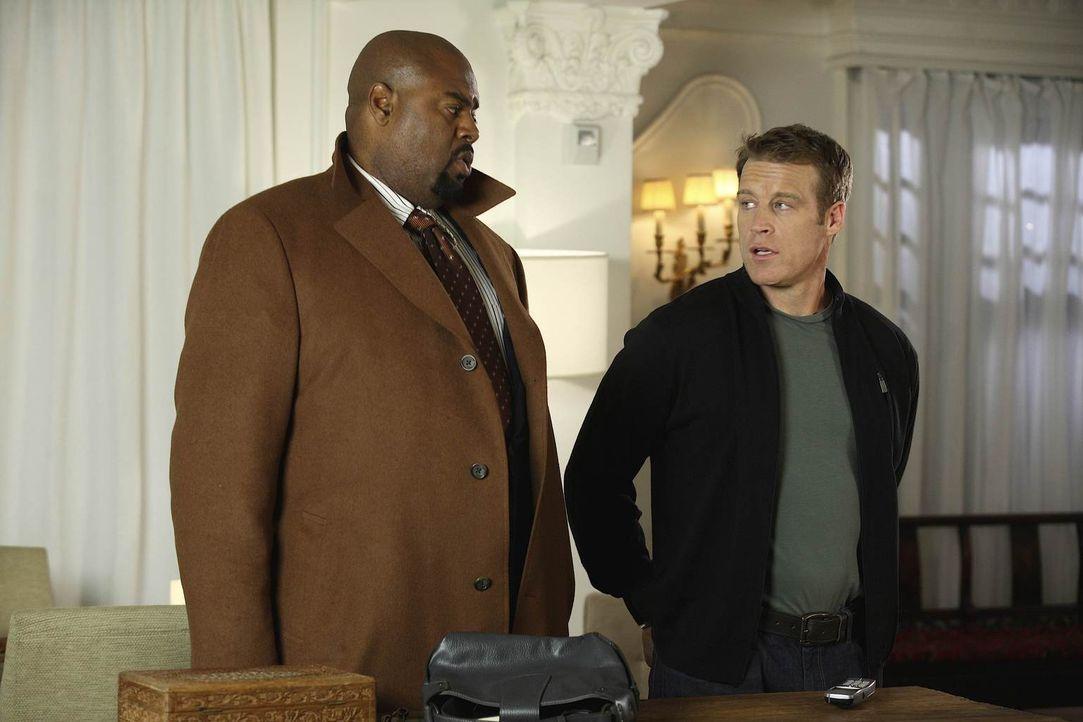 Chance (Mark Valley, r.) und Winston (Chi McBride, l.) werden alarmiert, als in Washington eine Leiche gefunden wird, die die Handschrift von Baptis... - Bildquelle: Warner Brothers