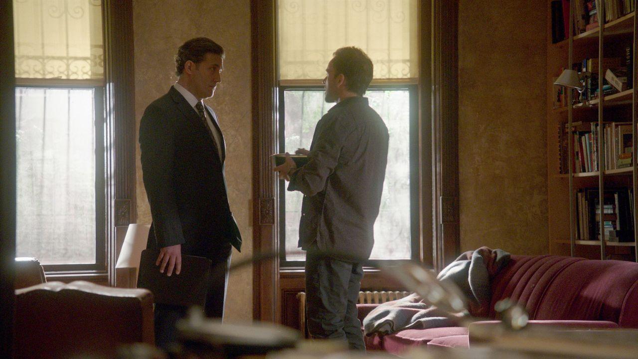Hat Jim Fowkes (Craig Bierko, l.) etwas mit dem Tod von Peter Talbott zu tun? Sherlock Holmes (Jonny Lee Miller, r.) geht der Sache auf den Grund ... - Bildquelle: CBS Television