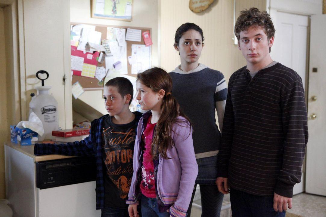 Sind völlig perplex darüber, wie sich Frank auf einmal verhält: (v.l.n.r.) Carl (Ethan Cutkosky), Debbie (Emma Kenney), Fiona (Emmy Rossum) und Lip... - Bildquelle: 2010 Warner Brothers