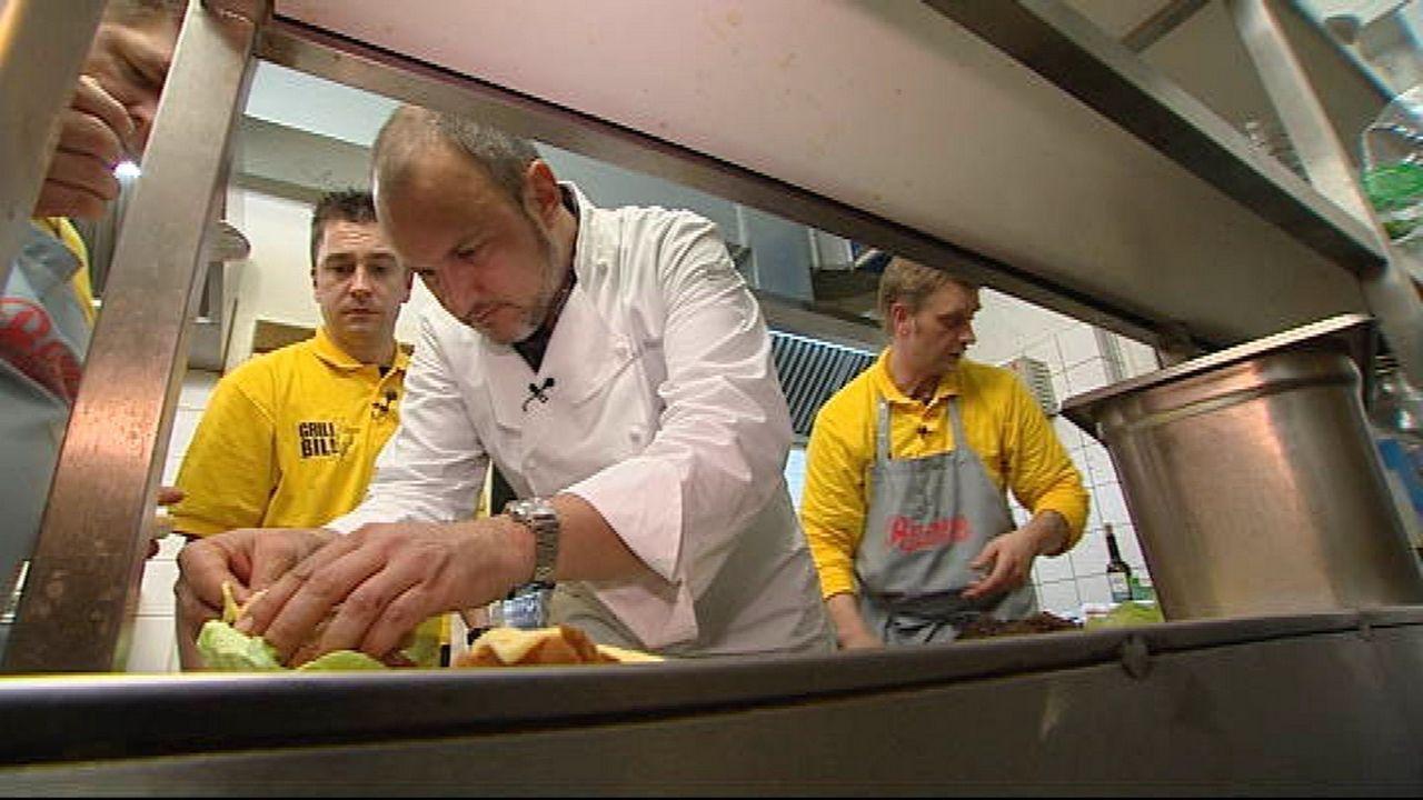 """Frank Rosin (2.v.l.) hilft dem Team des """"Grill Bill"""" beim Anrichten der Speisen. - Bildquelle: kabel eins"""