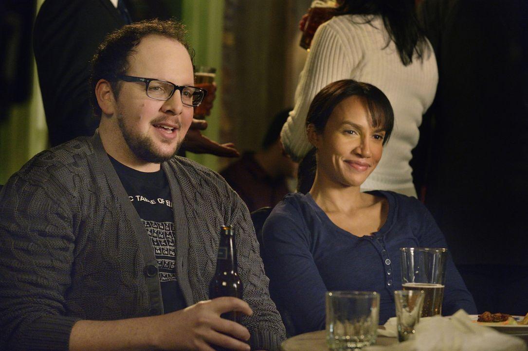 Ahnen nicht, das ihre Freunde in großer Gefahr sind: JT (Austin Basis, l.) und Tess (Nina Lisandrello, r.) ... - Bildquelle: Ben Mark Holzberg 2015 The CW Network, LLC. All rights reserved.