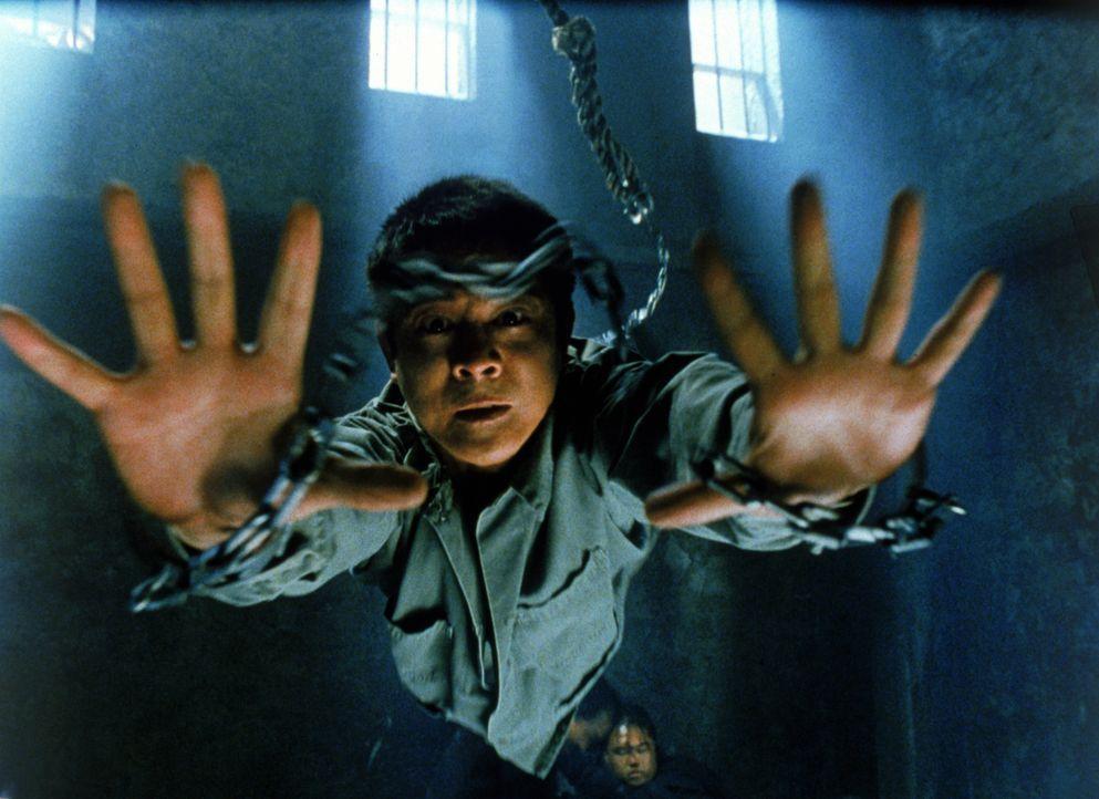 Wer ihm in die Quere kommt, begeht seinen letzten Fehler - auch wenn Han (Jet Li) an Händen und Füßen gefesselt von der Decke hängt ... - Bildquelle: Warner Bros. Pictures