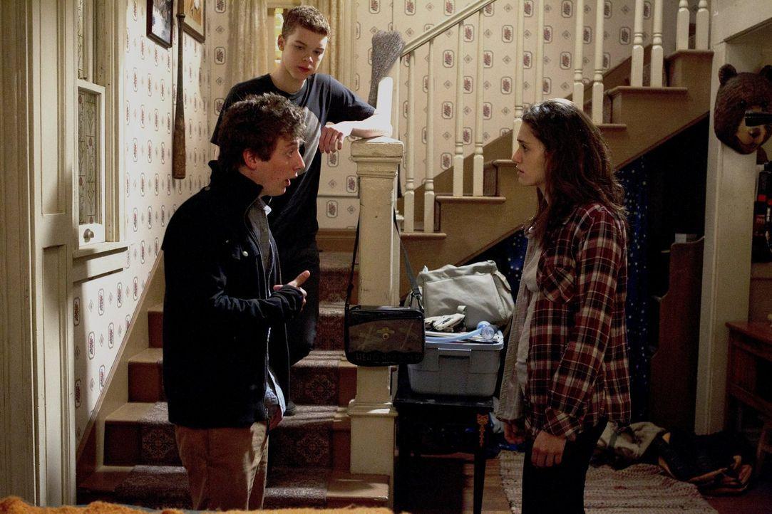 Die Tatsache, dass Lip (Jeremy Allen White, l.) die Schule schmeist, sorgt für einen Riesenstreit mit Fiona (Emmy Rossum, r.). Währenddessen erwisch... - Bildquelle: 2010 Warner Brothers