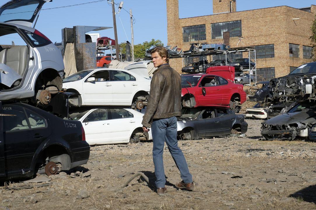 MacGyver (Lucas Till) in Alarmbereitschaft: Dieses Mal ist er selbst das Opfer eines gefährlichen Auftragskillers und sein Leben ist ernsthaft in Ge... - Bildquelle: 2016 CBS Broadcasting, Inc. All Rights Reserved