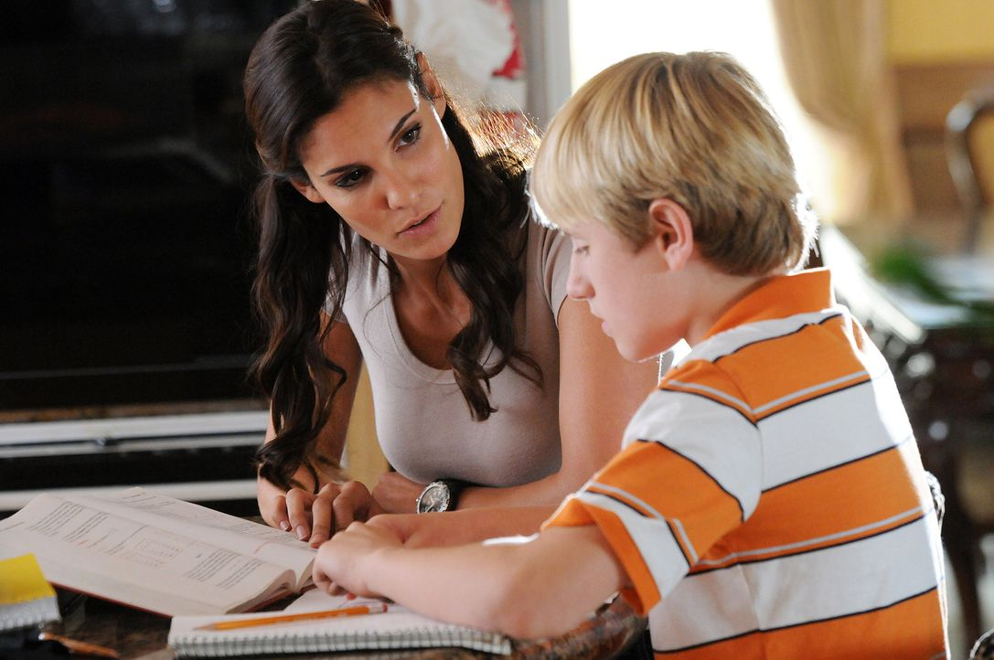 Nachdem Computerspezialist Calder entführt wurde, macht sich Kensi (Daniela Ruah, l.) auf, um mit dessen Familie zu sprechen. Doch kann sein Sohn Sh... - Bildquelle: CBS Studios Inc. All Rights Reserved.