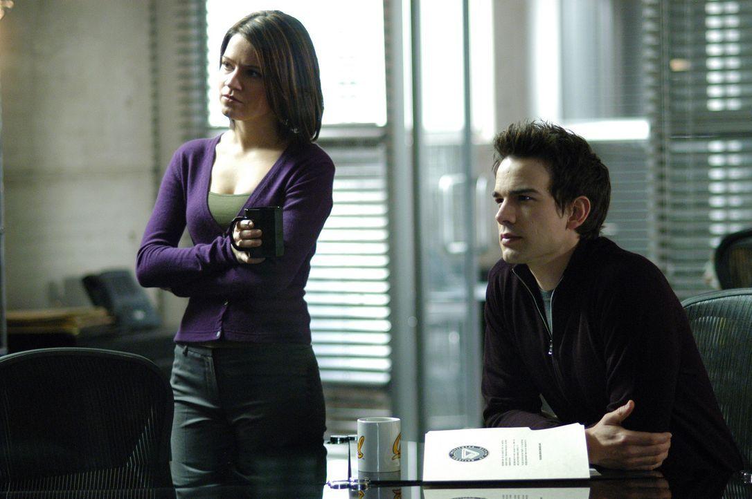 Eva (Anna Belknap, l.) und Miles (Christopher Gorham, r.) arbeiten an einem neuen verzwickten Fall ... - Bildquelle: Paramount Pictures International