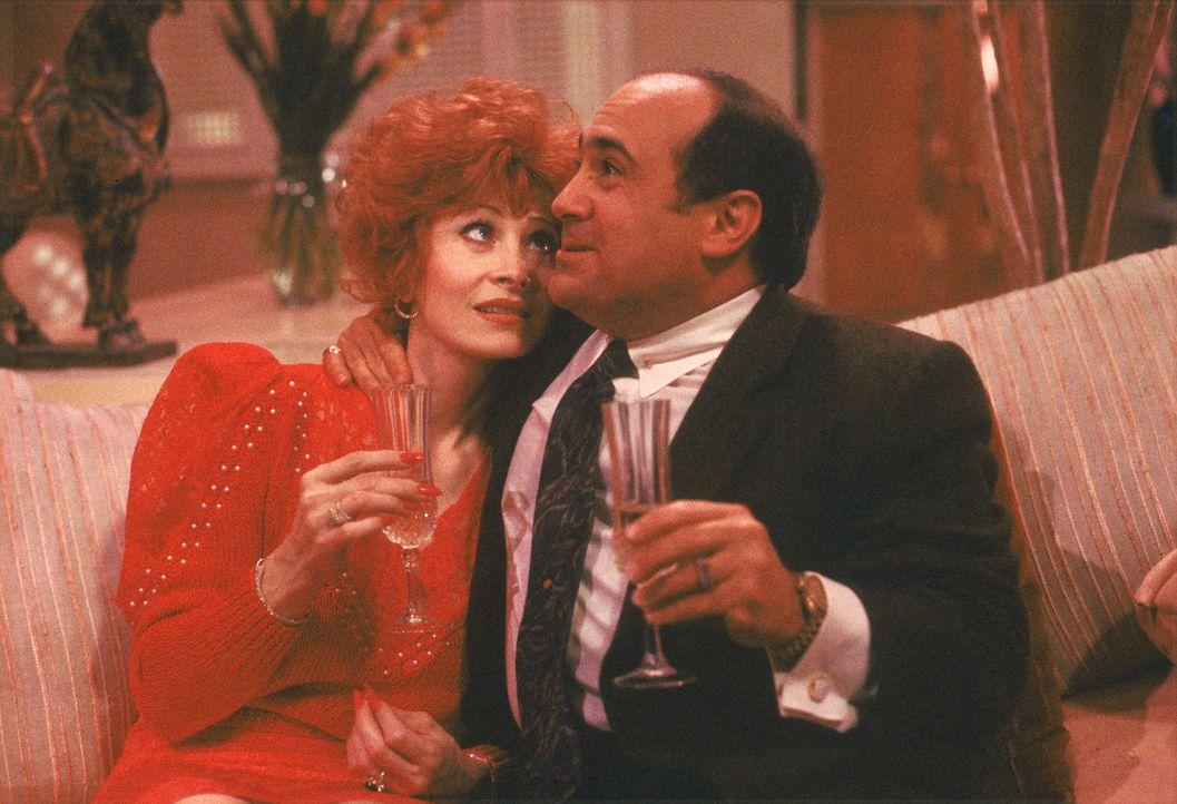 Zusammen mit Carol Dodsworth (Anita Morris, l.) feiert der Geschäftsmann Sam Stone (Danny DeVito, r.) die Entführung seiner ungeliebten Ehefrau ... - Bildquelle: Laurel Moore Touchstone Pictures/Laurel Moore