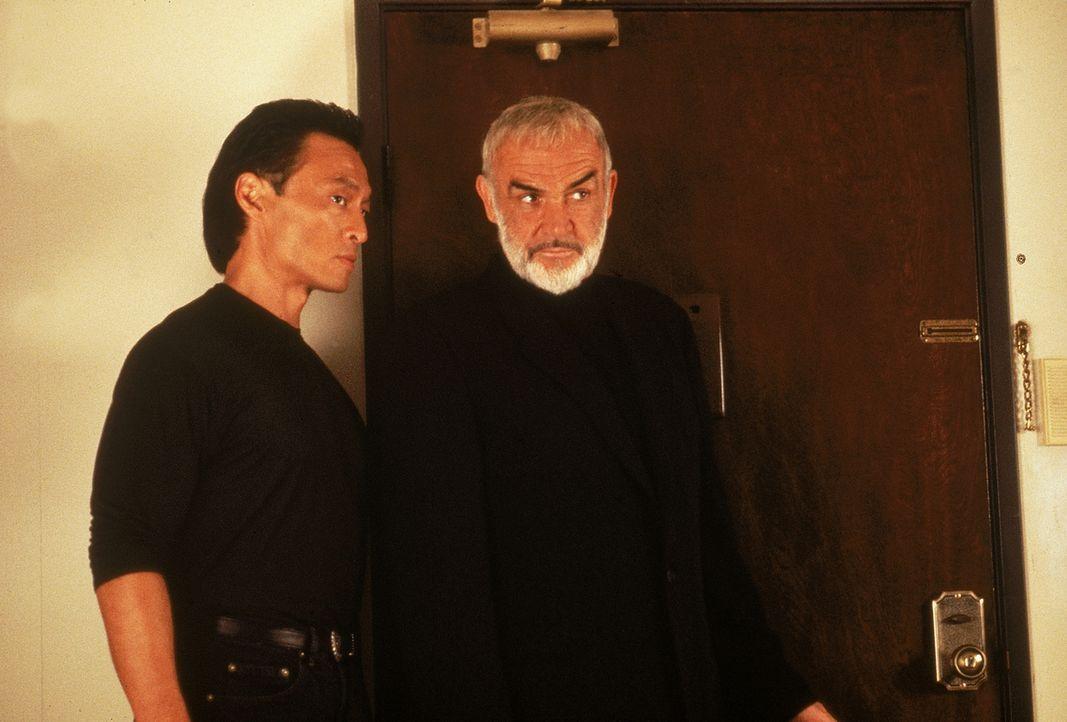 John Connor (Sean Connery, r.) kann nicht glauben, dass Eddie Sakamuras (Cary-Hiroyuki Tagawa, l.) ein Mörder ist ... - Bildquelle: 1993 Twentieth Century Fox Film Corporation. All rights reserved.