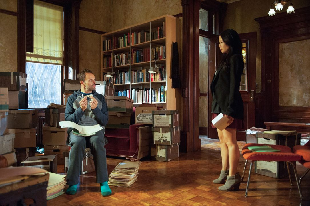 Machen sich auf die Suche nach einem Mörder im Mafiamilieu: Sherlock Holmes (Jonny Lee Miller, l.) und Joan Watson (Lucy Liu, r.) ... - Bildquelle: CBS Television