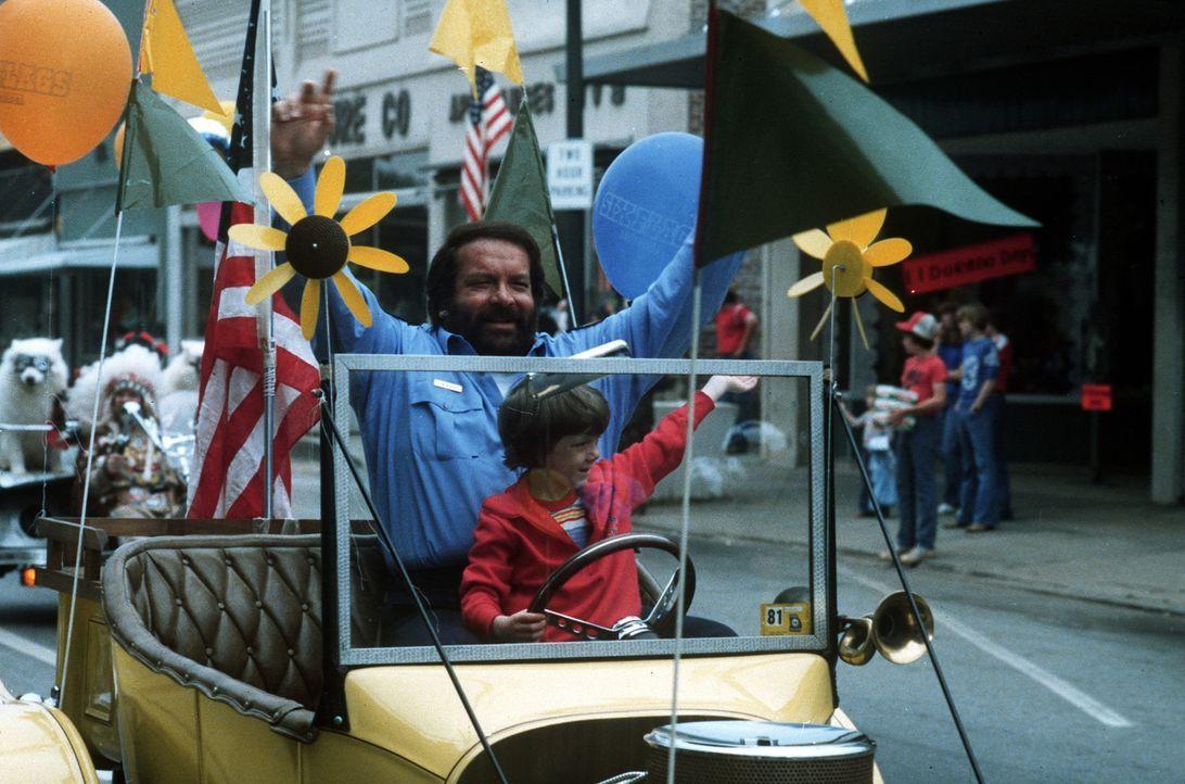 Sheriff Craft (Bud Spencer, hinten) hat mit seinem kleinem Pflegesohn (Cary Guffey, vorne) von einem anderen Stern schon viel erlebt, doch nun haben... - Bildquelle: Leone Film