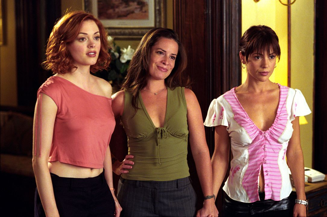 Piper (Holly Marie Combs, M.), Phoebe (Alyssa Milano, r.) und Paige (Rose McGowan, l.) müssen gegen die Kräfte der bösen Hexe ankämpfen ... - Bildquelle: Paramount International Television