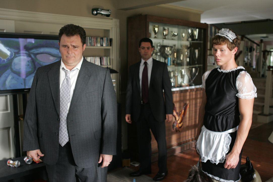 Die Ermittlungen führen Nick (Jeremy Ratchford, l.) und Scott (Danny Pino, M.) in Kreise, in denen männliche Vergnügungen alles, Frauen aber nichts... - Bildquelle: Warner Bros. Television