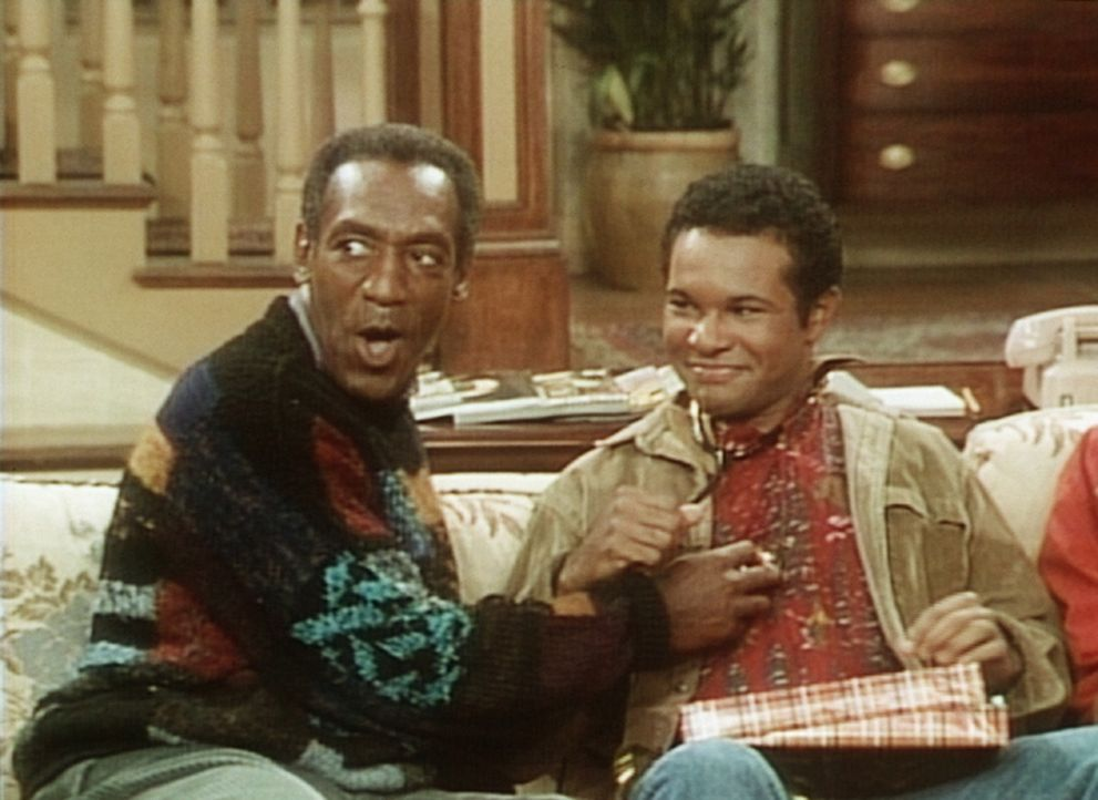 Cliff (Bill Cosby, l.) schenkt Elvin (Geoffrey Owens, r.) ein Stethoskop, doch Cliff weiß noch nicht, dass Elvin nicht mehr Medizin studieren will. - Bildquelle: Viacom