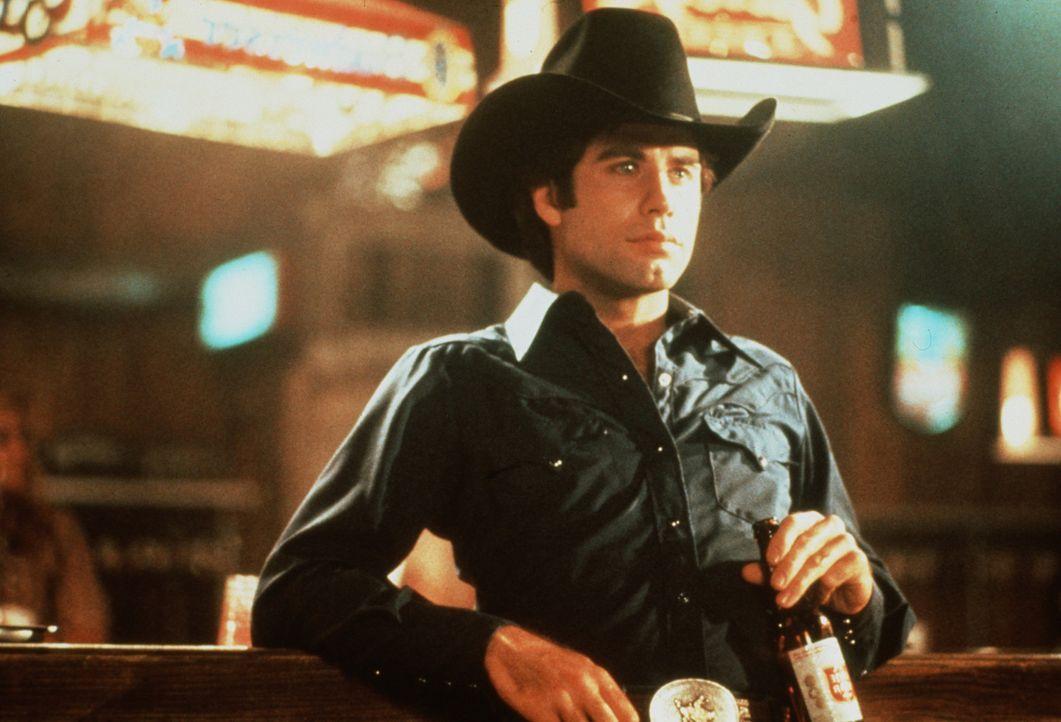 Missmutig beobachtet der junge Bud (John Travolta), wie sich sein Rivale an seine Freundin heranmacht.