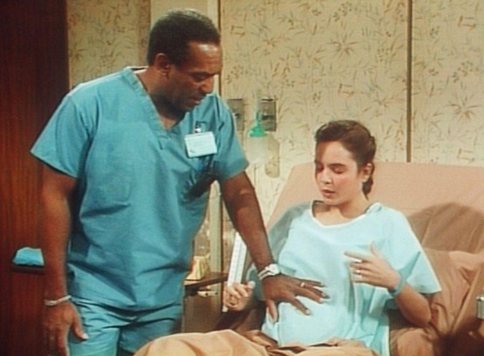 Cliff (Bill Cosby, l.) untersucht seine Patientin Karen (Darsteller unbekannt, r.), die zur Entbindung ins Krankenhaus gekommen ist. - Bildquelle: Viacom