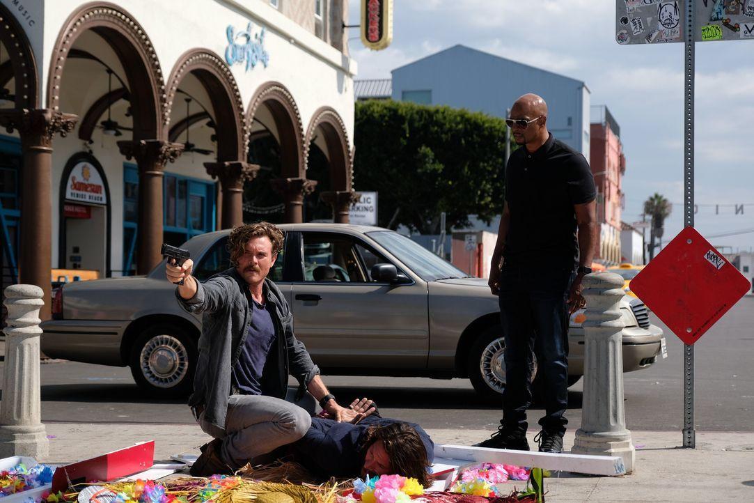 Nach einer schier endlosen Verfolgungsjagd zu Fuß kann Riggs (Clayne Crawford, l.) den Verdächtigen schließlich überwältigen, noch bevor Murtaugh (D... - Bildquelle: Warner Brothers