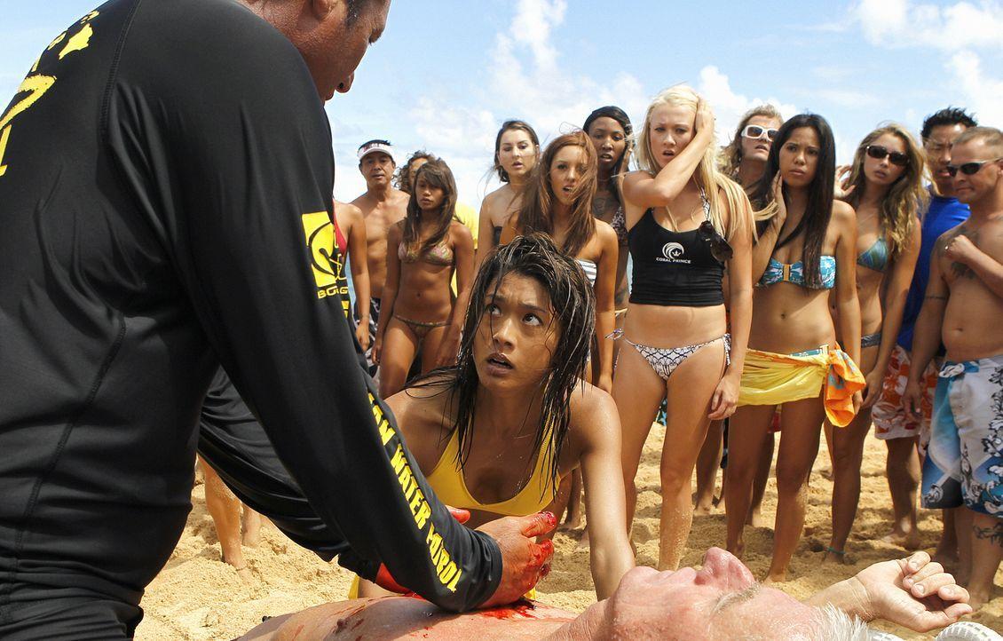 Bei den berühmten Coral Prince Surfmeisterschaften wird der Chef von Coral Prince, Ian Adams (Mark Cunningham, liegend), auf dem Board stehend ersch... - Bildquelle: TM &   2010 CBS Studios Inc. All Rights Reserved.