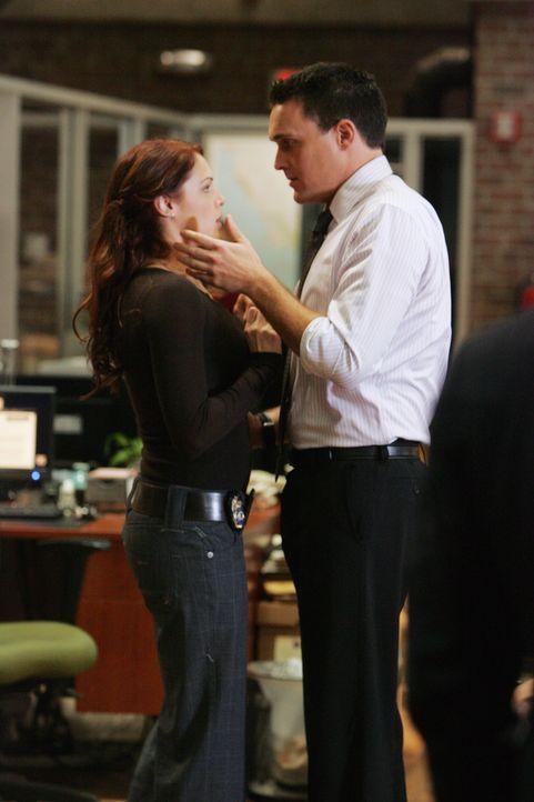 Ein neuer Fall bereitet Wayne (Owain Yeoman, r.) und Grace (Amanda Righetti, l.) Kopfzerbrechen ... - Bildquelle: Warner Bros. Television