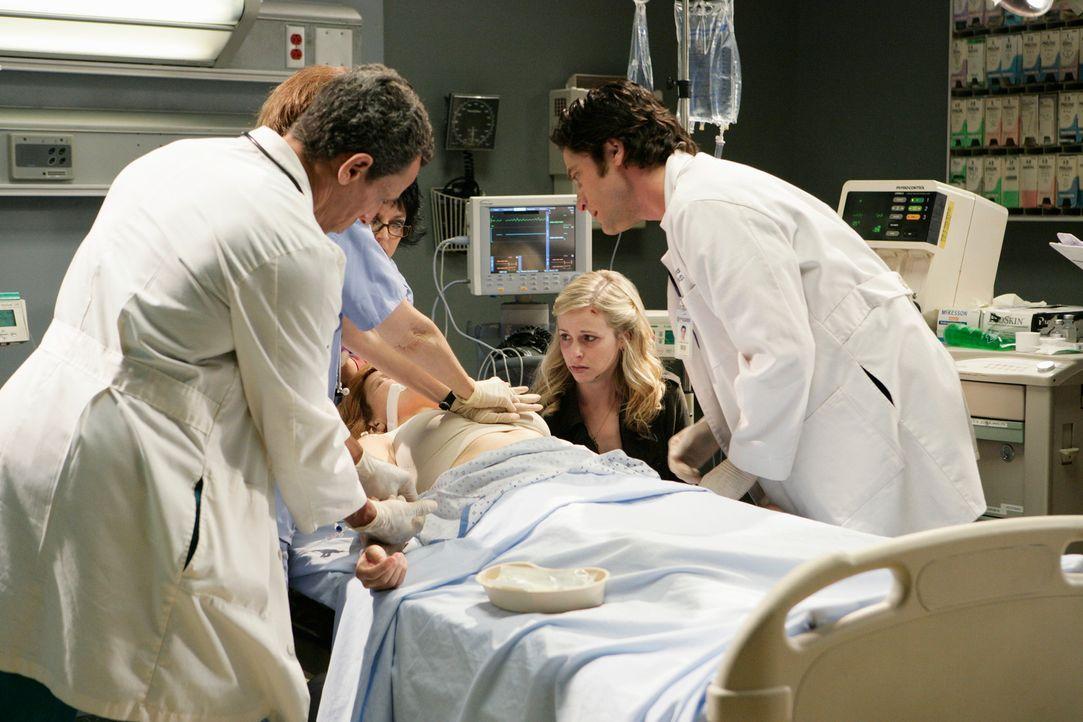 Jim Clancy (David Conrad, r.) kümmert sich um die im Koma liegende Paula (Gigi Rice, liegend). Er ahnt nicht, dass der Geist ihrer Tochter Gwen (Amy... - Bildquelle: ABC Studios