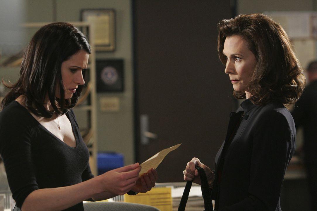Elizabeth Prentiss (Kate Jackson, r.) bittet ihre Tochter Emily (Paget Brewster, l.) um Hilfe ... - Bildquelle: Touchstone Television